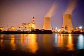 ночь дымный промышленных дымоходов — Стоковое фото