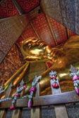 Statue de bouddha or allongée — Photo