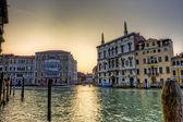 Calles de la ciudad sobre el agua — Foto de Stock