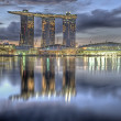 Marina Bay Sands Hotel dominates the skyline at Marina Bay in Singapore — Stock Photo