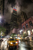 Empire State Building and fast moving taxi — 图库照片