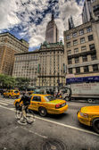 Cyclist by the Empire State Building in New York, USA — Stock Photo