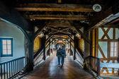 Couple on wooden bridge — Zdjęcie stockowe