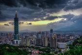 Taipei, taiwan's avonds skyline. — Stockfoto