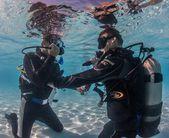Learning scuba skills in the pool — Stockfoto