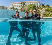 Learning scuba skills in the pool — Stock Photo