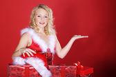 Noel hediyeler ile sarışın kız — Stok fotoğraf
