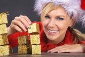 Blondynka boże narodzenie prezenty — Zdjęcie stockowe