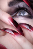 The girl's face with long nails — Stockfoto