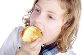 Malý chlapec jíst jablko — Stock fotografie