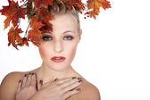 Chica rubia de cara con el otoño las hojas — Foto de Stock
