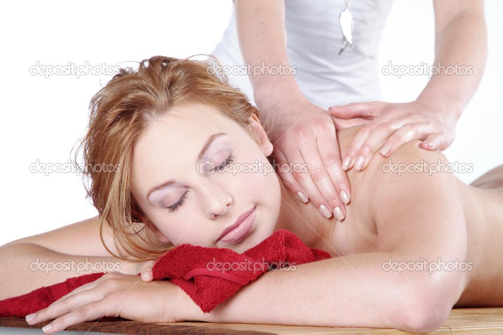 Рыжая девушка делает масаж фото 245-923