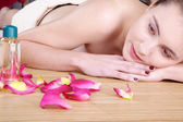 Brunette girl relaxes in the massage salon — Stock Photo