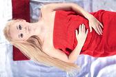 Blondýnka relaxuje v masážní salon — Stock fotografie