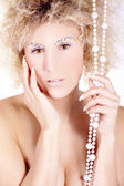 Nahá blondýnka s korálky — Stock fotografie