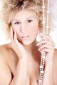 Naken blond flicka med pärlor — Stockfoto