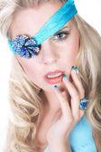 Blond meisje in een blauwe sling — Stockfoto