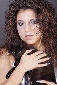 Chica morena rizada con un gato negro — Foto de Stock