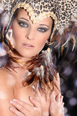 Chica desnuda de plumas — Foto de Stock