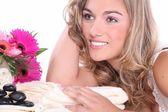 Sarışın kız masaj salonunda rahatlatır — Stok fotoğraf