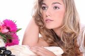 Menina loira relaxa no salão de massagem — Foto Stock