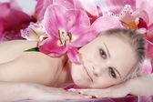 Chica rubia desnuda con flores — Foto de Stock