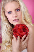 Nude blonde girl with flowers — Stockfoto
