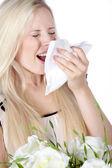 Blondes mädchen mit einem blumenstrauß niest — Stockfoto