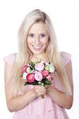 花の花束を持つ若い女 — ストック写真