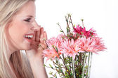 Young woman with bouquet of flowers — Stockfoto