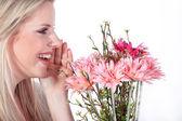 Giovane donna con mazzo di fiori — Foto Stock