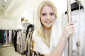Blonde girl in a boutique — Stockfoto