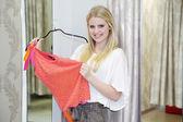 Blondynka z spódnicy w butiku — Zdjęcie stockowe