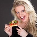 年轻的金发女人比萨 — 图库照片 #28524387