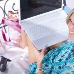 Блондинка с ноутбуком на кровати — Стоковое фото