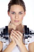 Portrét mladé hezké ženy drží váhy a dělá fitness — Stock fotografie
