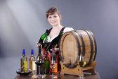 девушка брюнетка с вином — Стоковое фото
