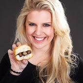 Blondes mädchen mit einem sandwich — Stockfoto