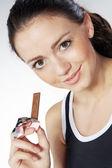 Meisje eten chocolade bar — Stockfoto
