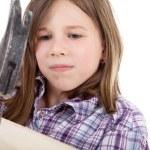 ハンマーと釘を持つ若い女の子 — ストック写真 #28671415