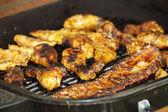 Kip benen en ribben op de grill, over — Stockfoto