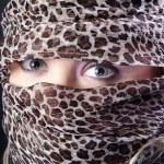ziemlich orientalische Frau zeigt Augen — Stockfoto #30976321
