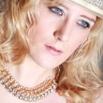 Face blonde girl with handbag — Stock Photo