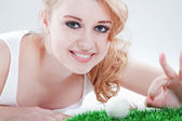 Young woman with golf ball — Stock Photo