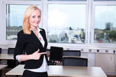 Businesswoman shows tablet — Stock Photo