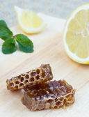 Honeycomb, lemon and peppermint — Stock Photo