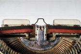 Oude schrijfmachine met papier — Stockfoto