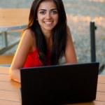 giovane donna con il suo portatile — Foto Stock