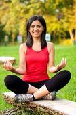 Młoda dziewczyna medytuje — Zdjęcie stockowe