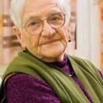 yaşlı kadın evde — Stok fotoğraf